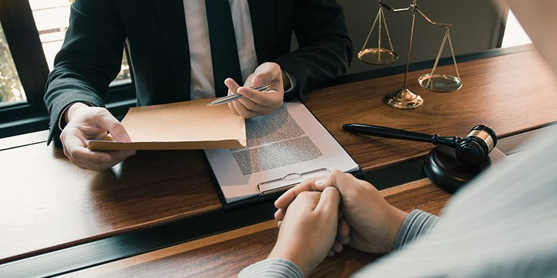 clients-come-to-seek-advice-for-the-law-regarding-privacy-violations-with-the-lawyer-at-the-office_t20_R0yamJ